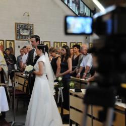 Um eine Zeremonie möglichst gut einzufangen, können bis zu vier Kameras im Einsatz sein (eine Frage des Geldes). Hier filmt eine zweite Kamera von der Seite.