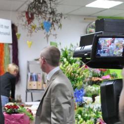 Während Kamera 1 die Braut beim Frisieren filmt, begleitet Kamera 2 den Bräutigam.